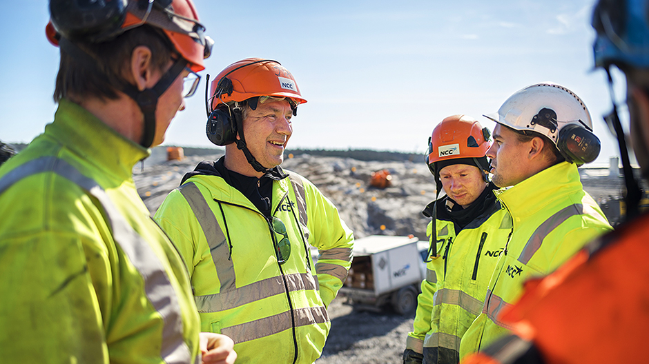 Blasting expert Jim Jonsson with colleagues at the construction site.